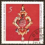 Sellos del Mundo : Europa : Alemania : Bóveda Verde de Dresde-Joya,Hueso de cereza con 180 cabezas,sobre el año 1590(DDR).
