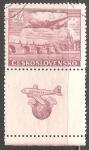 de Europa - Checoslovaquia -  Avión volando sobre el puente Charles en Praga