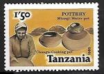 Stamps : Africa : Tanzania :  Potes de agua y comida