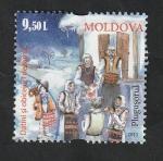 Sellos del Mundo : Europa : Moldavia : 818 - Tradición, niños cantando delante de una casa