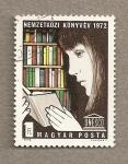 Sellos de Europa - Hungría -  Joven leyendo ,emblema de la UNESCO
