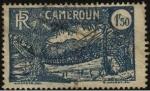 Sellos de Africa - Camerún -  Nativos cruzando puente colgante construido con liana y maderas.