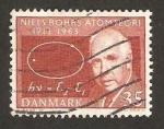 Sellos de Europa - Dinamarca -  profesor niels h .d. bohr,, premio nobel, 50 anivº de su teoria del atomo