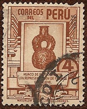 Huaco Estilo Chavín, con representaciones de felinos en relieve.