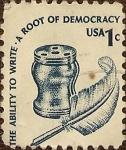 Sellos de America - Estados Unidos -  La capacidad de escribir una raíz de la democracia. Tintero y pluma.
